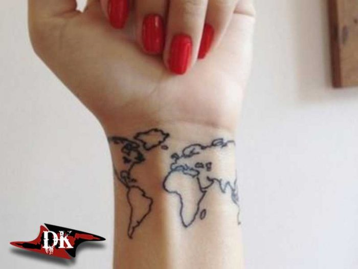 Bilekte Dünya Haritası Dövmesi