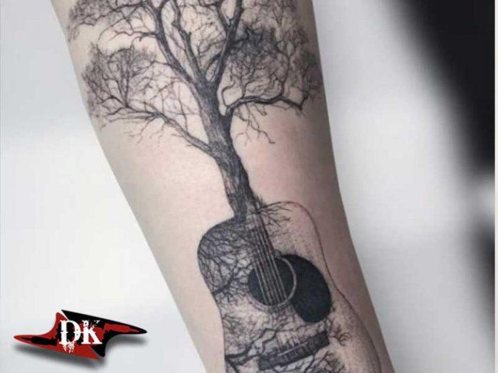 Gitar ve Ağaç Dövmesi
